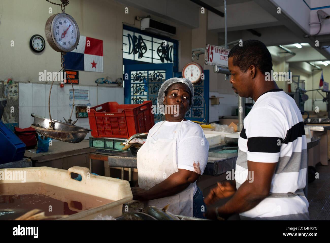 Panamá, Ciudad, barrio de Santa Ana, el Fish Market (Mercado de Mariscos). Mujer vendedor. Pescado fresco y marisco Foto de stock