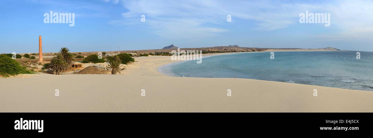 Panorama de la playa Praia de Chaves en Boa Vista, Capo Verde, al atardecer, con la chimenea alta de una antigua Imagen De Stock