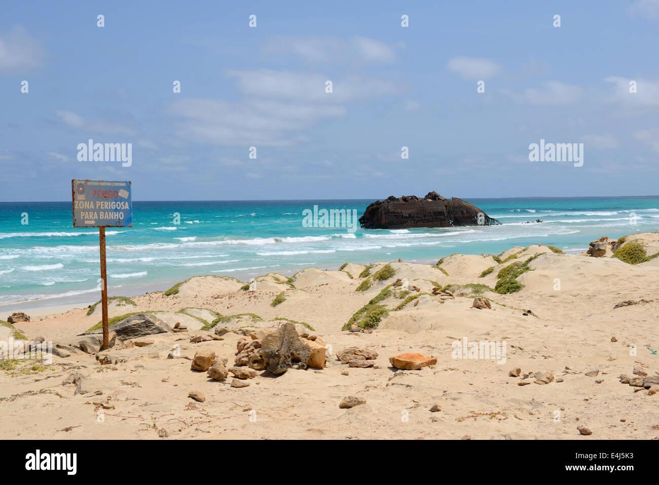Playa con un naufragio en el Cabo de Santa María, Isla de Boa Vista, en Cabo Verde Imagen De Stock