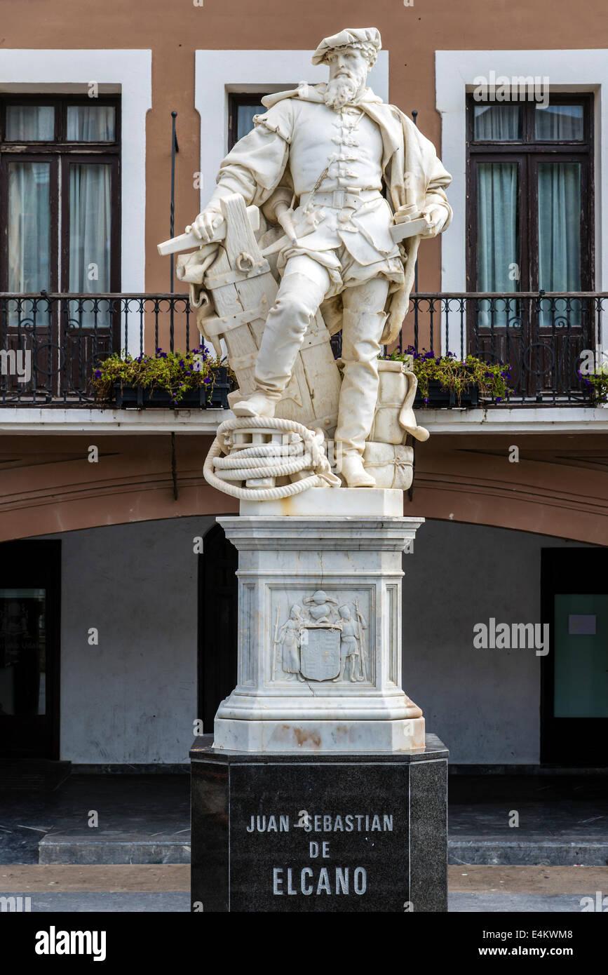 Monumento del explorador Vasco español Juan Sebastián Elcano de Getaria, Gipuzkoa, País Vasco, España Imagen De Stock