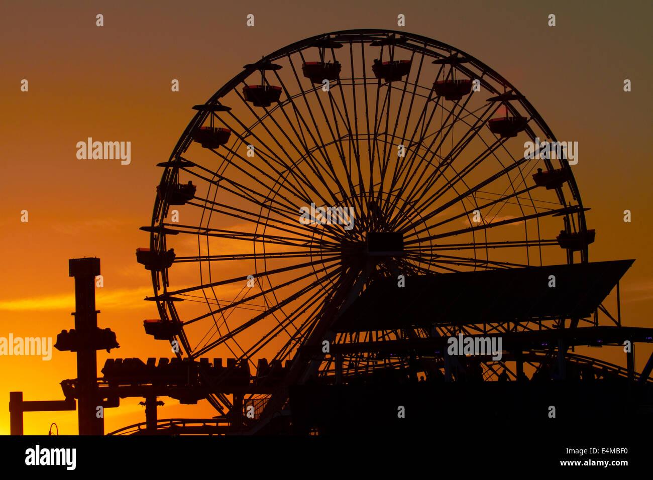 La noria al atardecer, Pacific Park, Santa Monica Pier, Santa Monica, Los Ángeles, California, Estados Unidos. Foto de stock