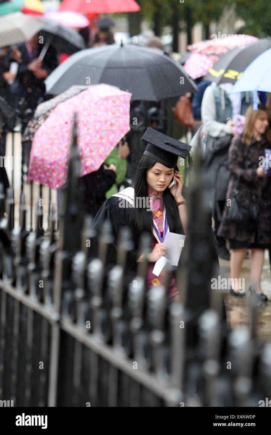 Un nervioso buscando Graduand hace una llamada telefónica antes de asistir a su ceremonia de graduación Imagen De Stock