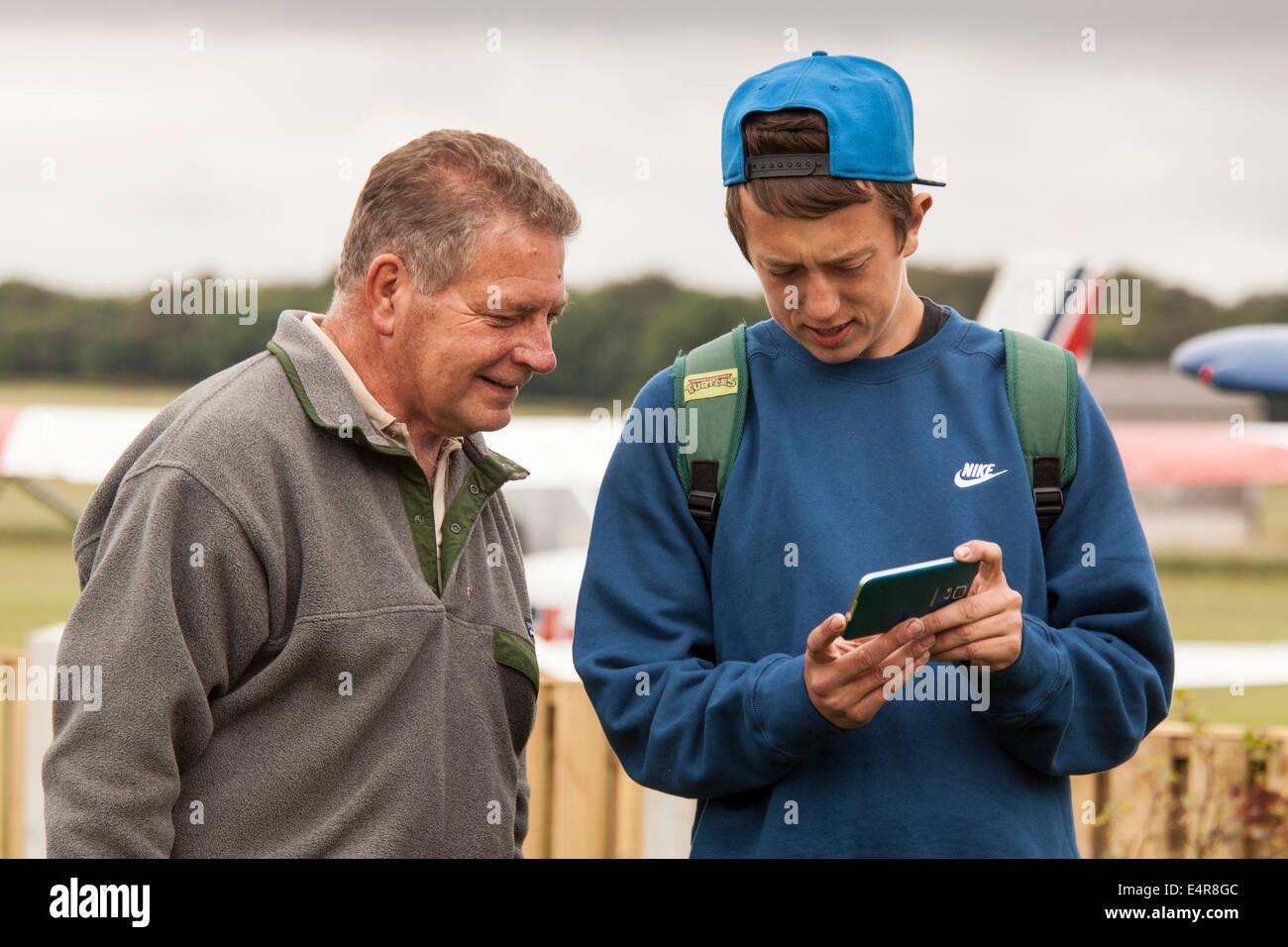 Los jóvenes adultos que muestra la foto que acaba de tener en su iphone. Imagen De Stock