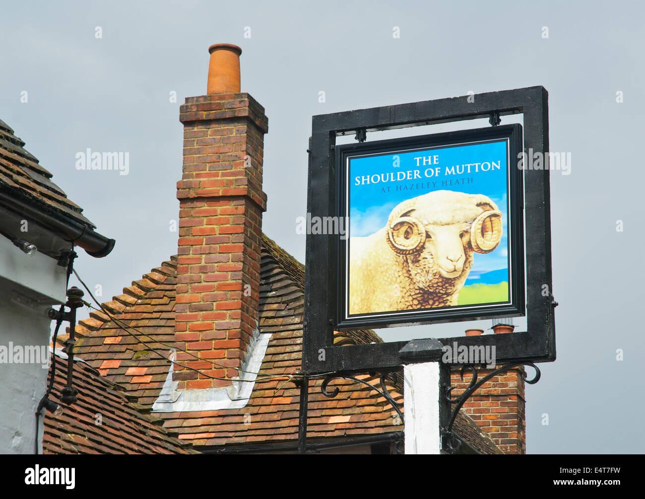 Señal para el hombro de cordero en Hazeley Heath, un pub cerca de Hartley Wintney, Hampshire, Inglaterra Imagen De Stock