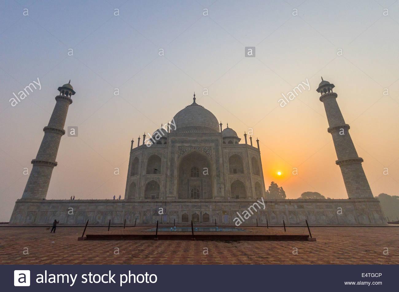 Al amanecer, el Taj Mahal, en Agra, India Imagen De Stock