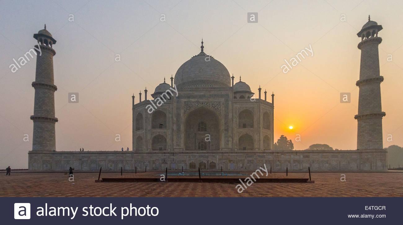En el Taj Mahal con amanecer detrás de ella, Agra, India, Asia Imagen De Stock