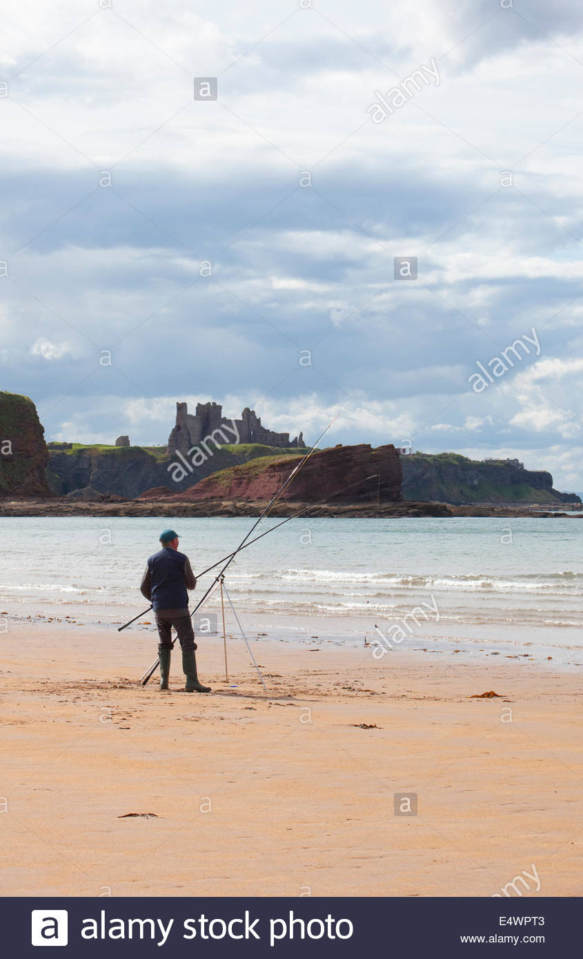La pesca con caña desde la playa de Seacliff con miras más allá de Tantallon Castle, cerca de North Imagen De Stock