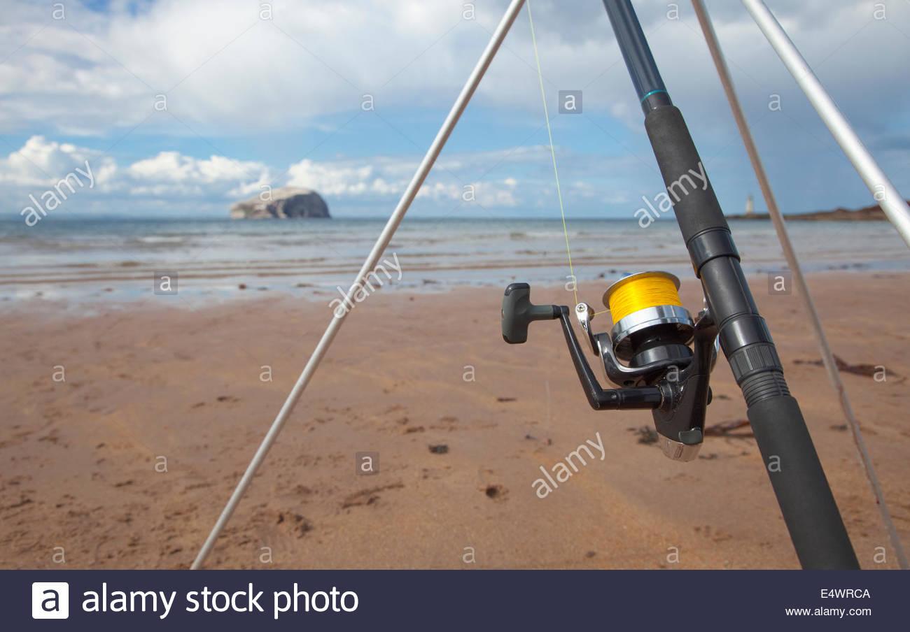 La pesca con caña desde la playa de Seacliff con miras más allá de Bass Rock, cerca de North Berwick, Imagen De Stock