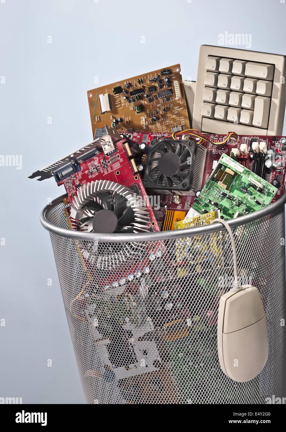 Cesta de papel llenos de residuos electrónicos Imagen De Stock