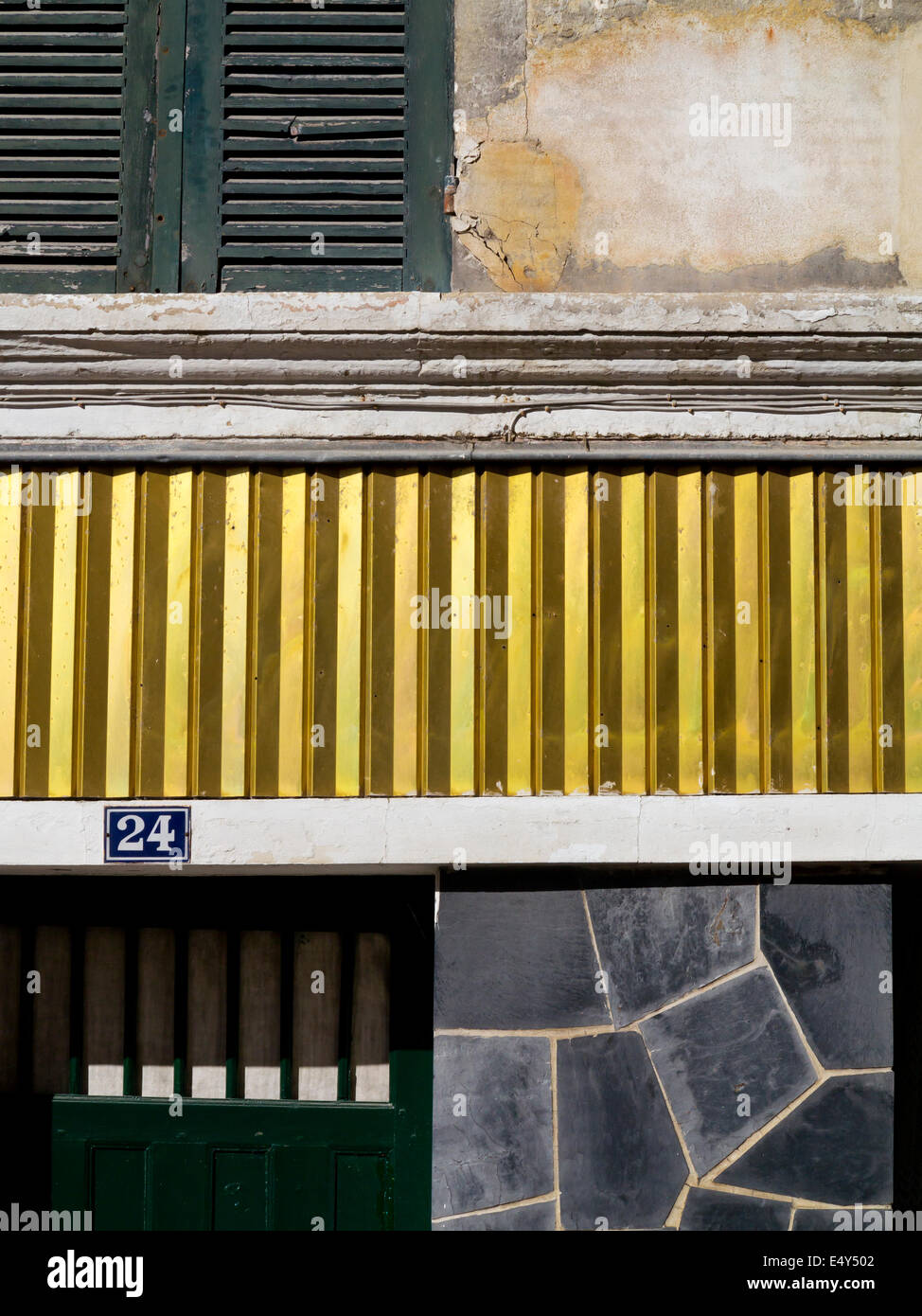 Visión abstracta de una casa con puertas y contraventanas de Pons el suroeste de Francia, con diferentes texturas Imagen De Stock