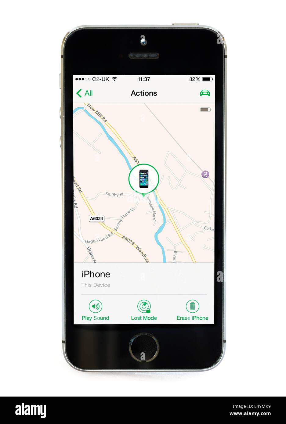 Utilizando la opción Buscar mi iPhone app en un Apple iPhone 5S, UK Imagen De Stock