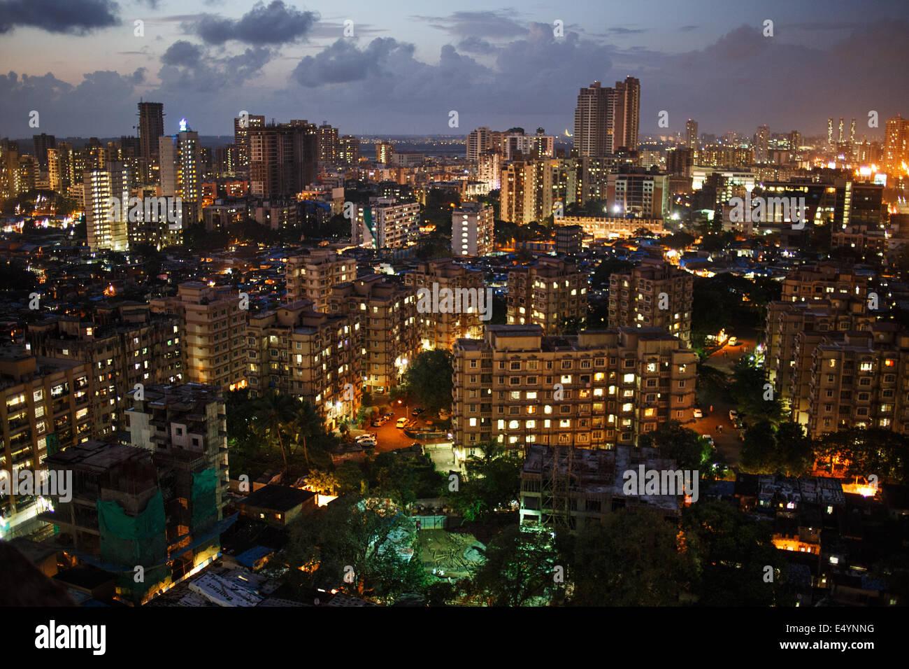 Paisaje nocturno con modernos edificios residenciales en Jogeshwari y Andheri zona oeste de Mumbai, India. Imagen De Stock