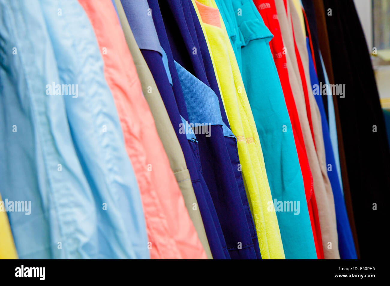 Prendas de vestir para niños en la tienda Imagen De Stock