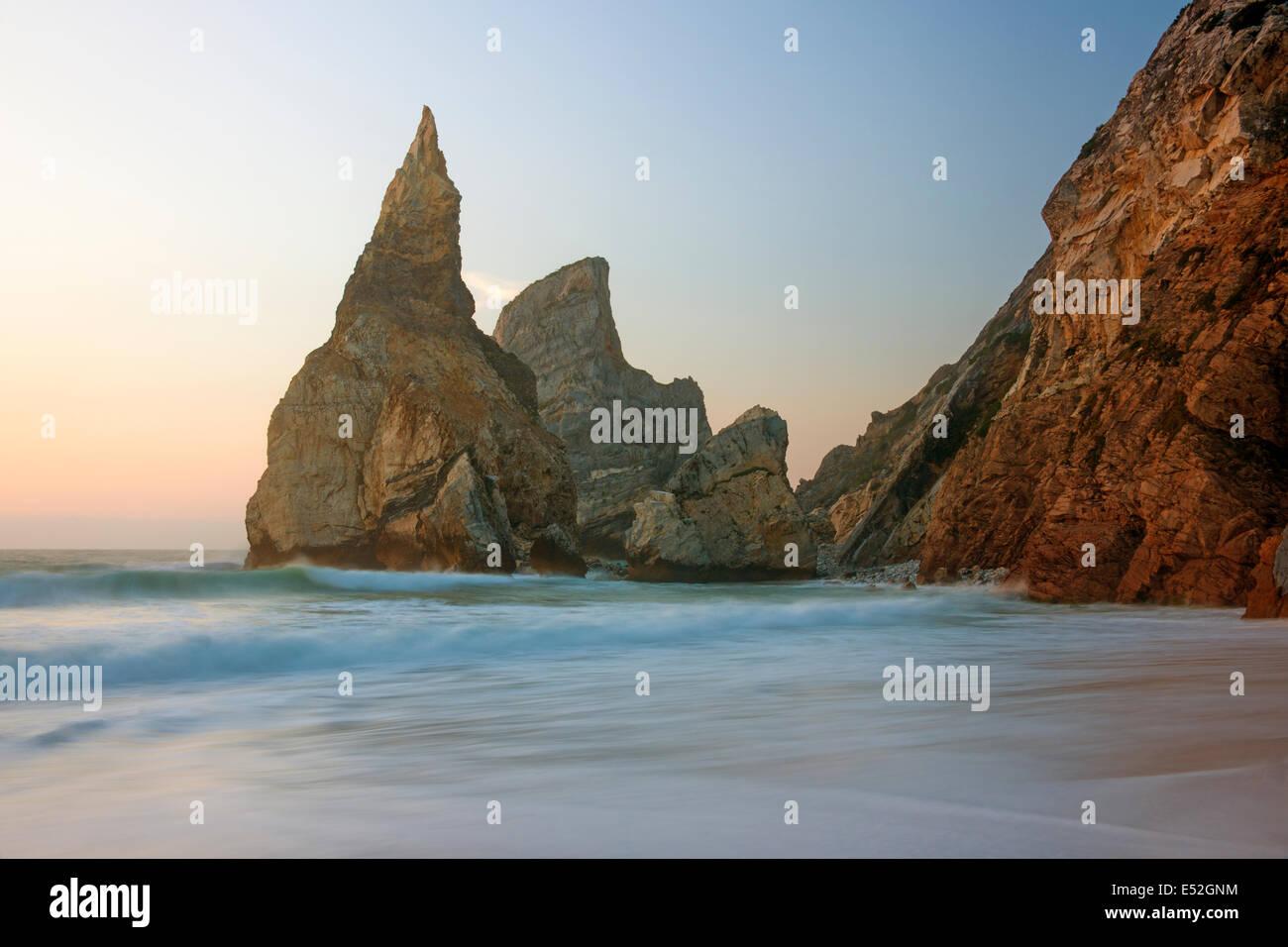 Ursa Beach, en la costa atlántica tiene dramáticas formaciones rocosas llamado el gigante y el oso. Imagen De Stock