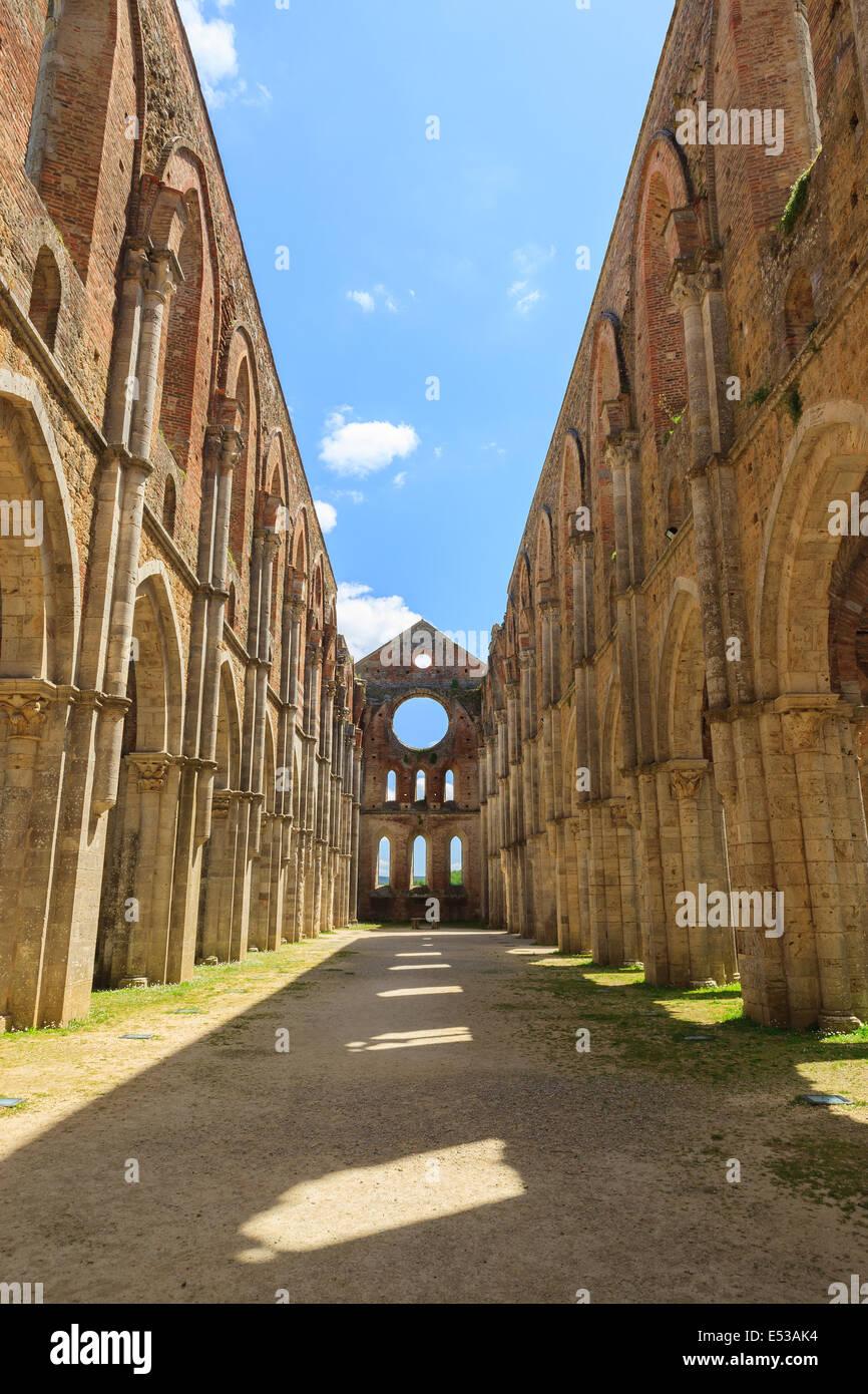 El complejo monumental de San Galgano se eleva aproximadamente a 30 km al oeste de Siena, en la frontera con la Imagen De Stock