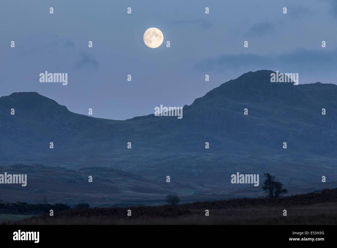 Luna sobre Ulpha cayó, Cumbria. Foto de stock