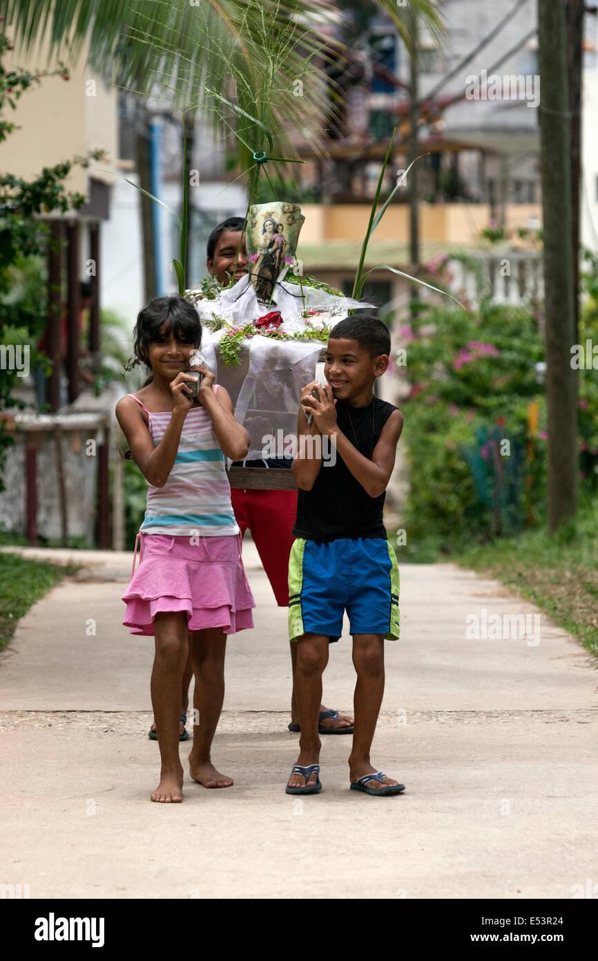 Los niños llevar una pequeña a las procesiones de Semana Santa Foto de stock
