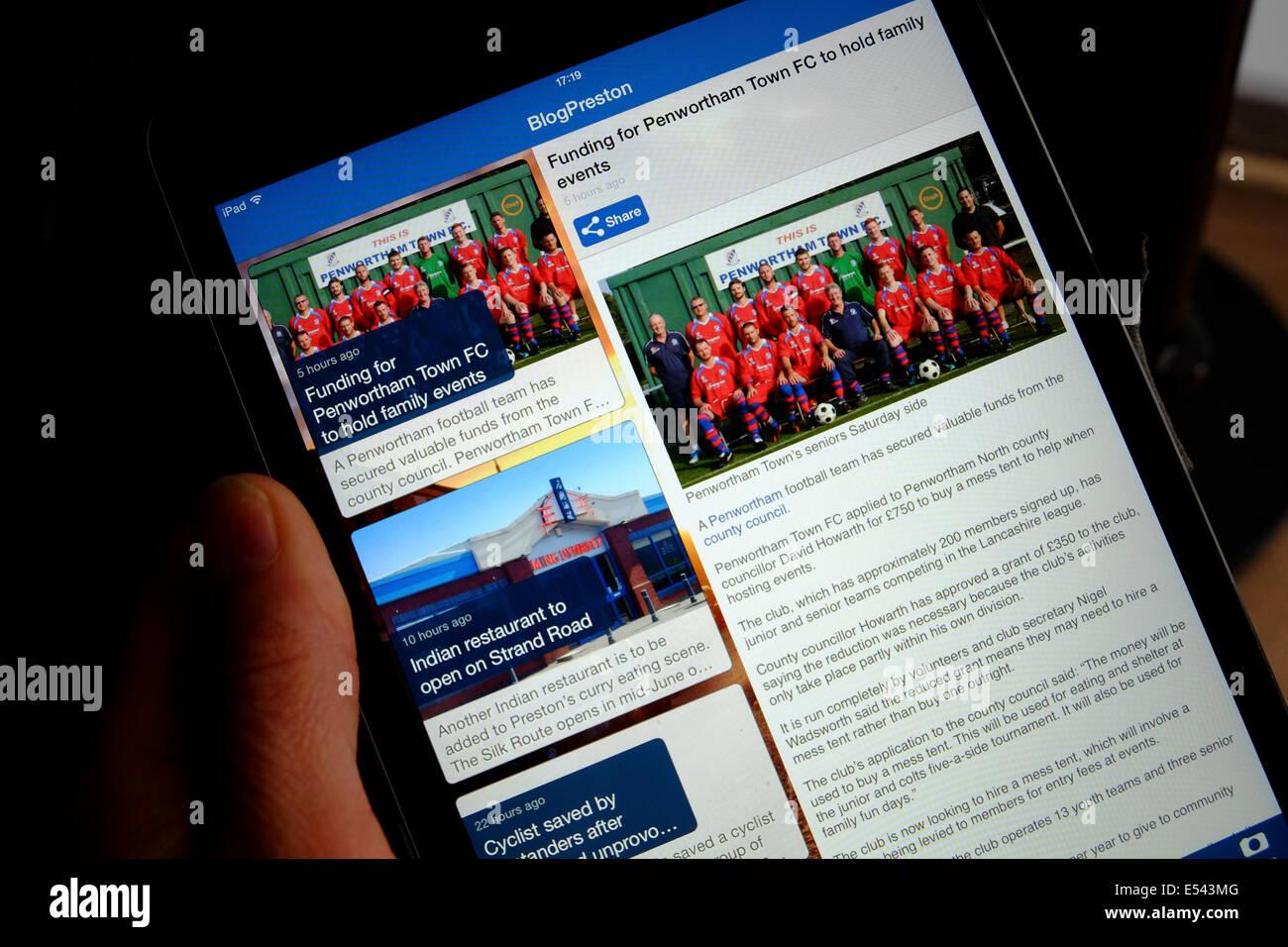 Información de la comunidad local a través de Internet ver en un IPad Mini con pantalla de Retina Imagen De Stock