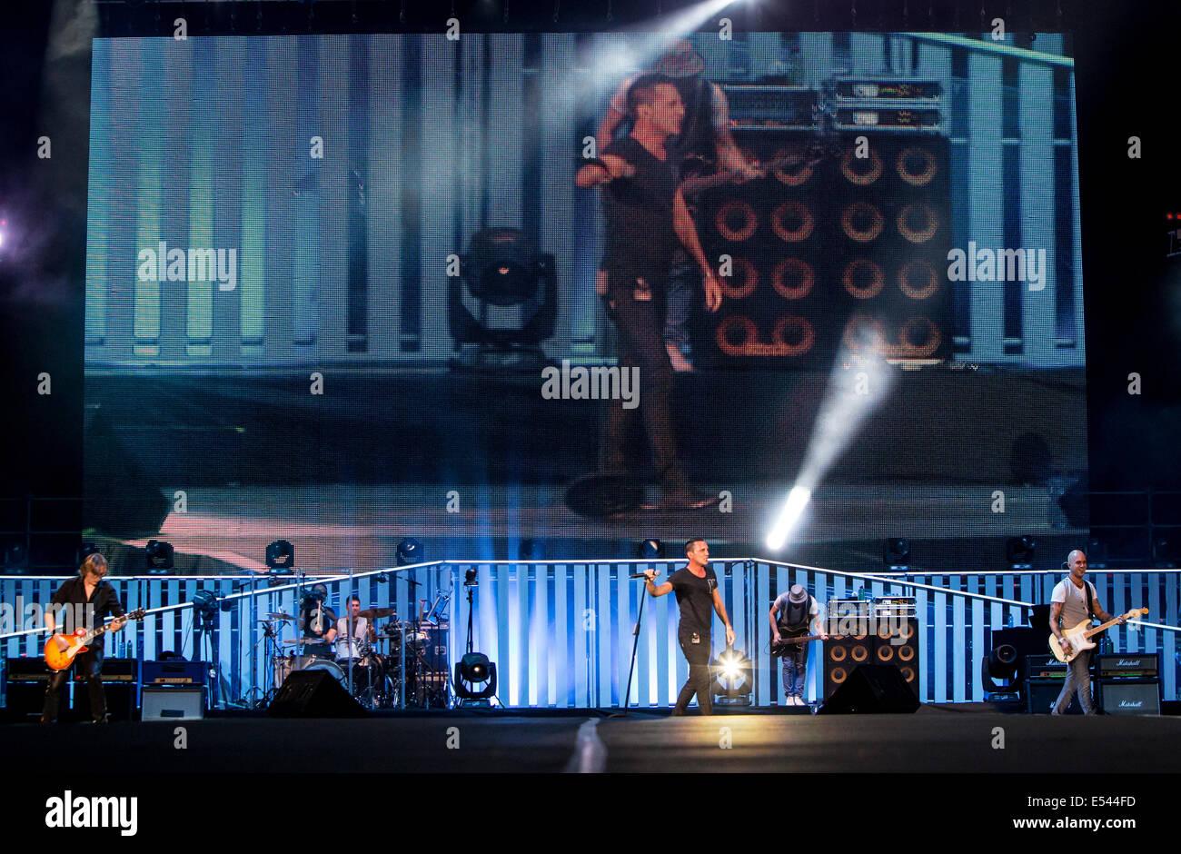 Milán, Italia. El 19 de julio de 2014. La banda de pop rock italiano de moda' actúa en directo en Imagen De Stock