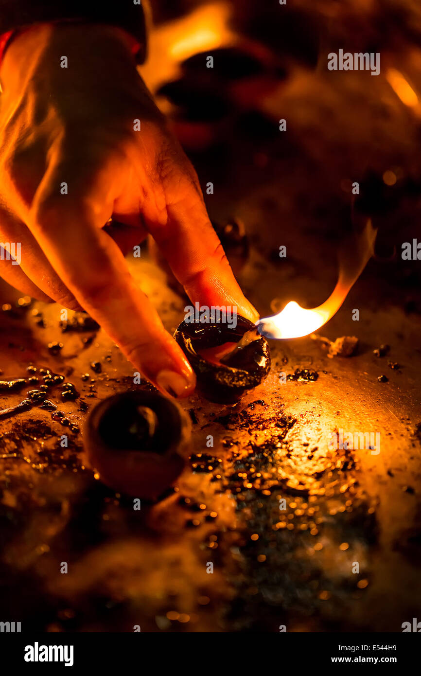 Las velas encendidas en el templo hindú. Diwali, el festival de las luces. Foto de stock