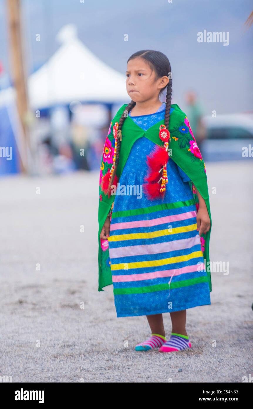 Native American Girl toma parte en la 25ª Anual de la tribu Paiute Pow Wow Foto de stock