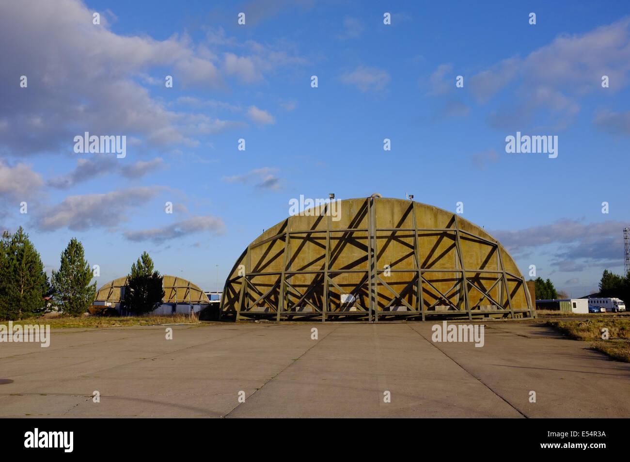 Explosión de acero reforzado en las puertas del hangar de la guerra fría en Alconbury, Inglaterra, Reino Imagen De Stock