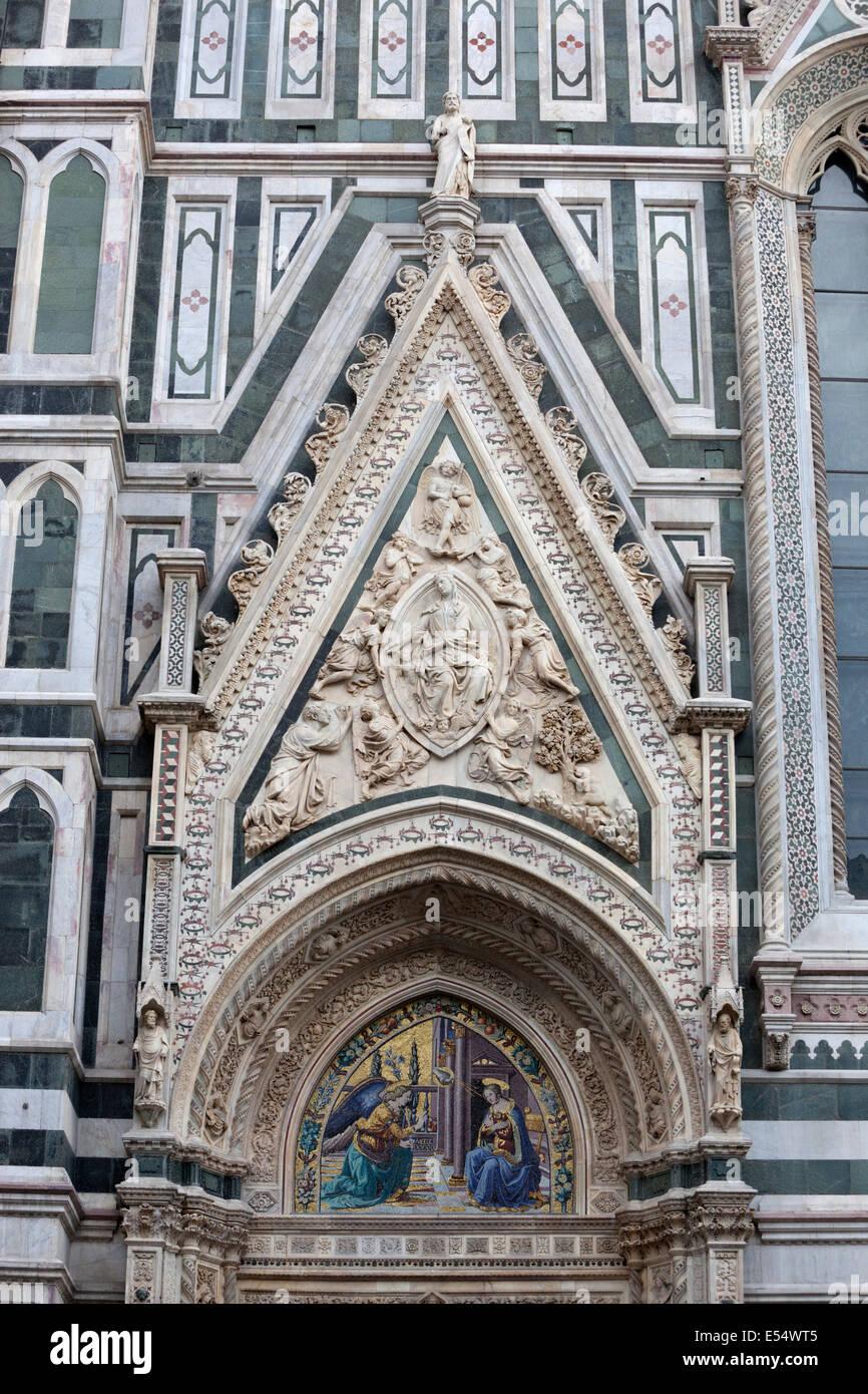 Porta della Mandorla con el relieve de la Asunción de la Virgen (por Donatello en 1420), del Duomo de Florencia, Imagen De Stock