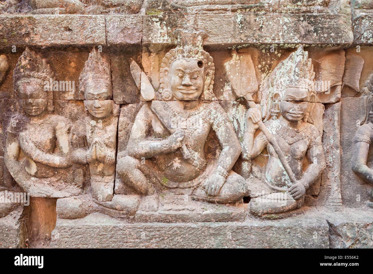 Bajorrelieve representando a un guerrero en la pared oculta de la terraza de los elefantes, Angkor Thom, Camboya Imagen De Stock