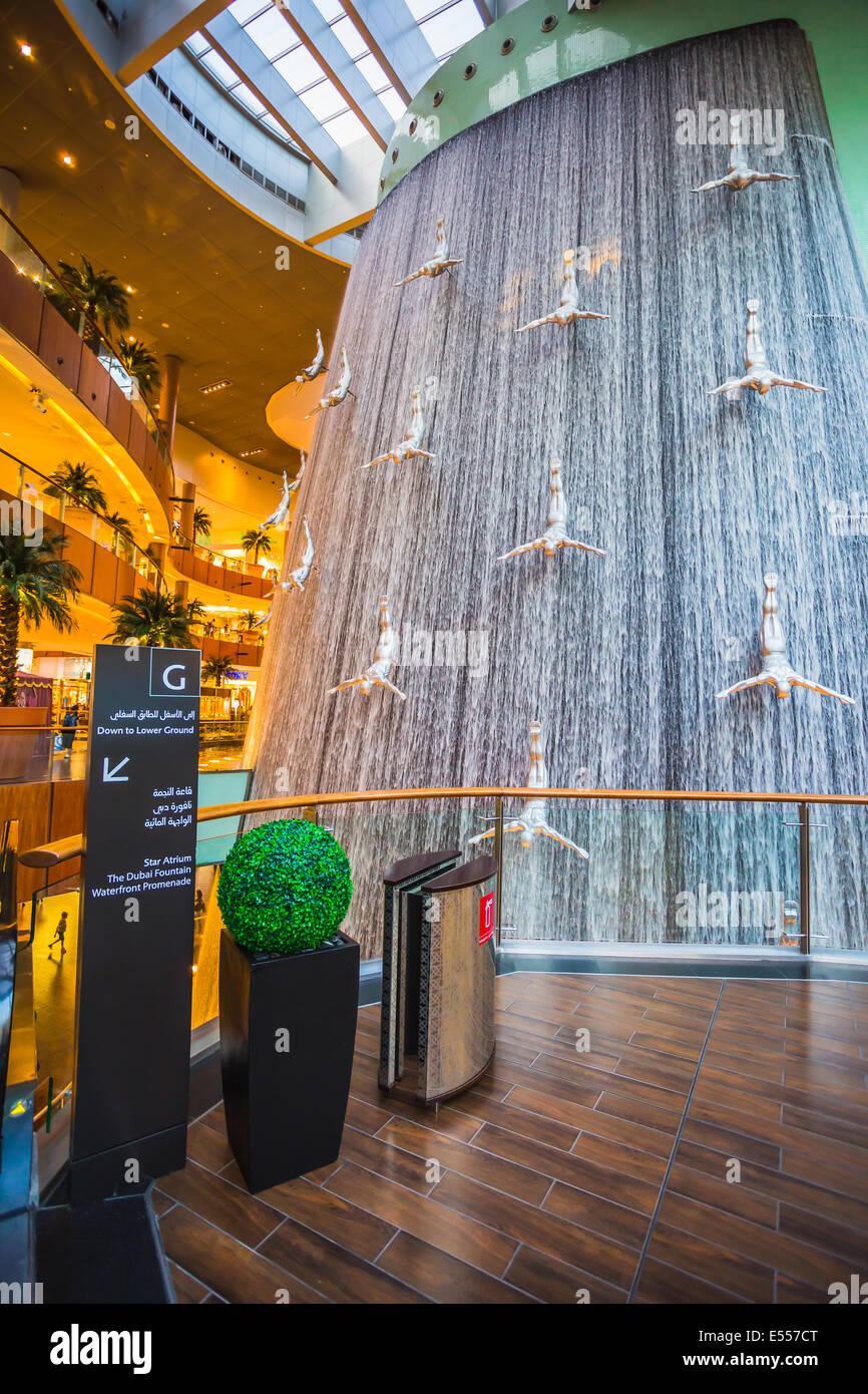 DUBAI, EMIRATOS ÁRABES UNIDOS - 31 de octubre: centro comercial más grande del mundo sobre la base de la superficie total y el sexto mayor de superficie bruta alquilable, 31 de octubre de Foto de stock