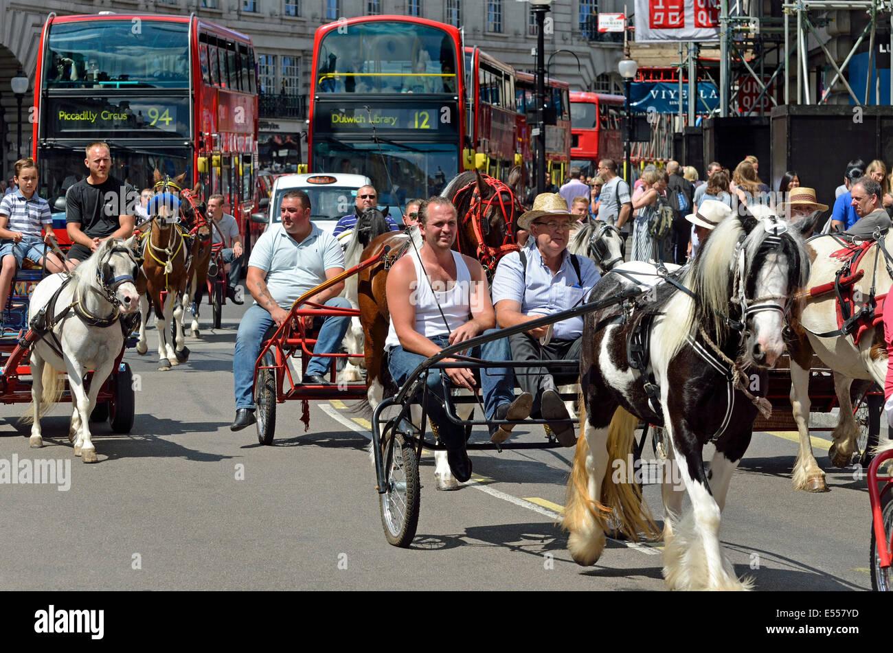 Londres, Inglaterra, Reino Unido. Pony trotting carruajes conducidos por Regent Street Imagen De Stock