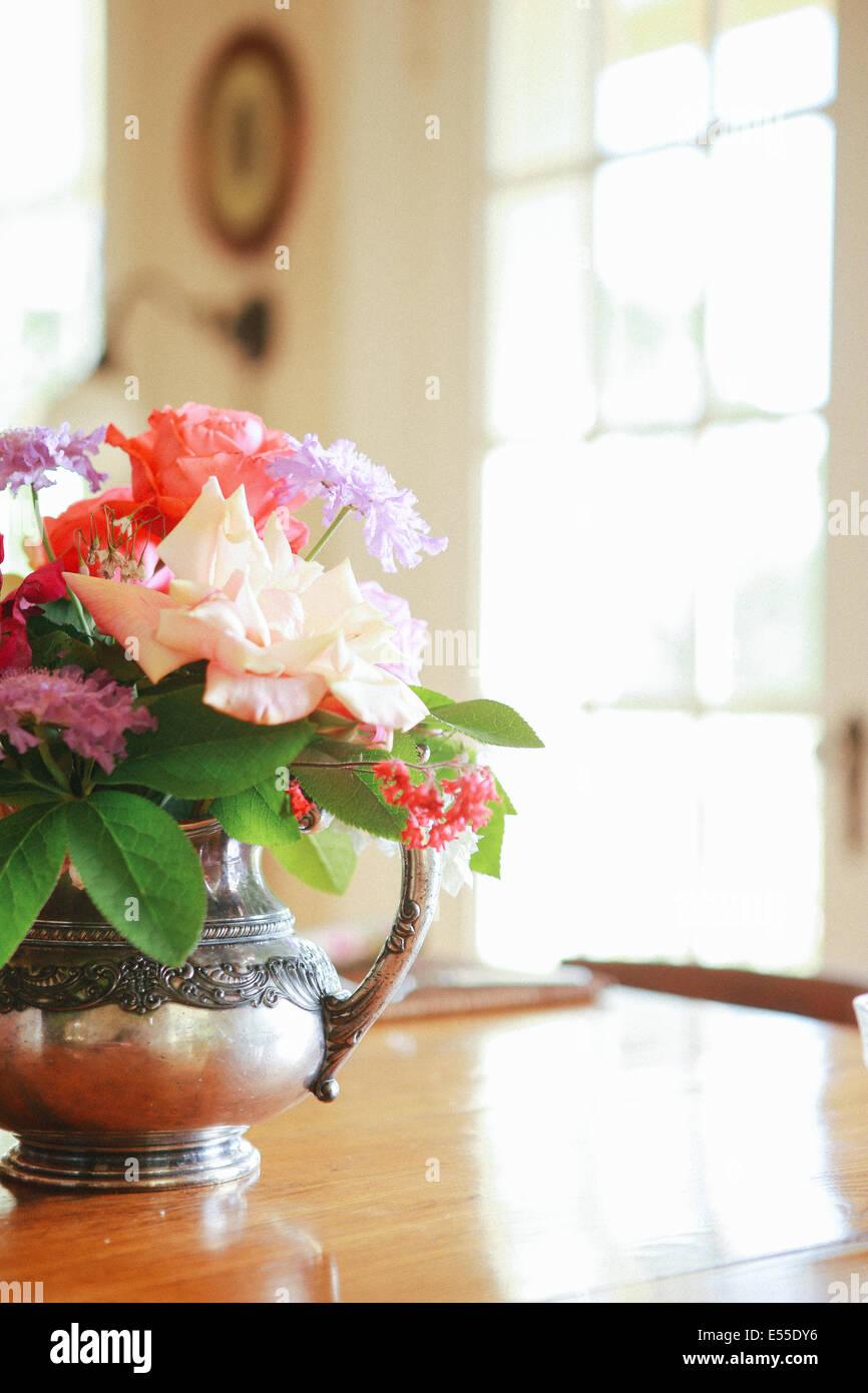 Flores frescas en el florero antiguo sobre la mesa de comedor de madera en la cama y desayuno en el rancho de Sonoma, Imagen De Stock