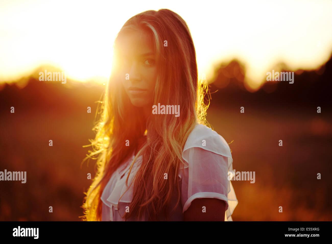 Retrato de una mujer joven con luz de fondo Imagen De Stock