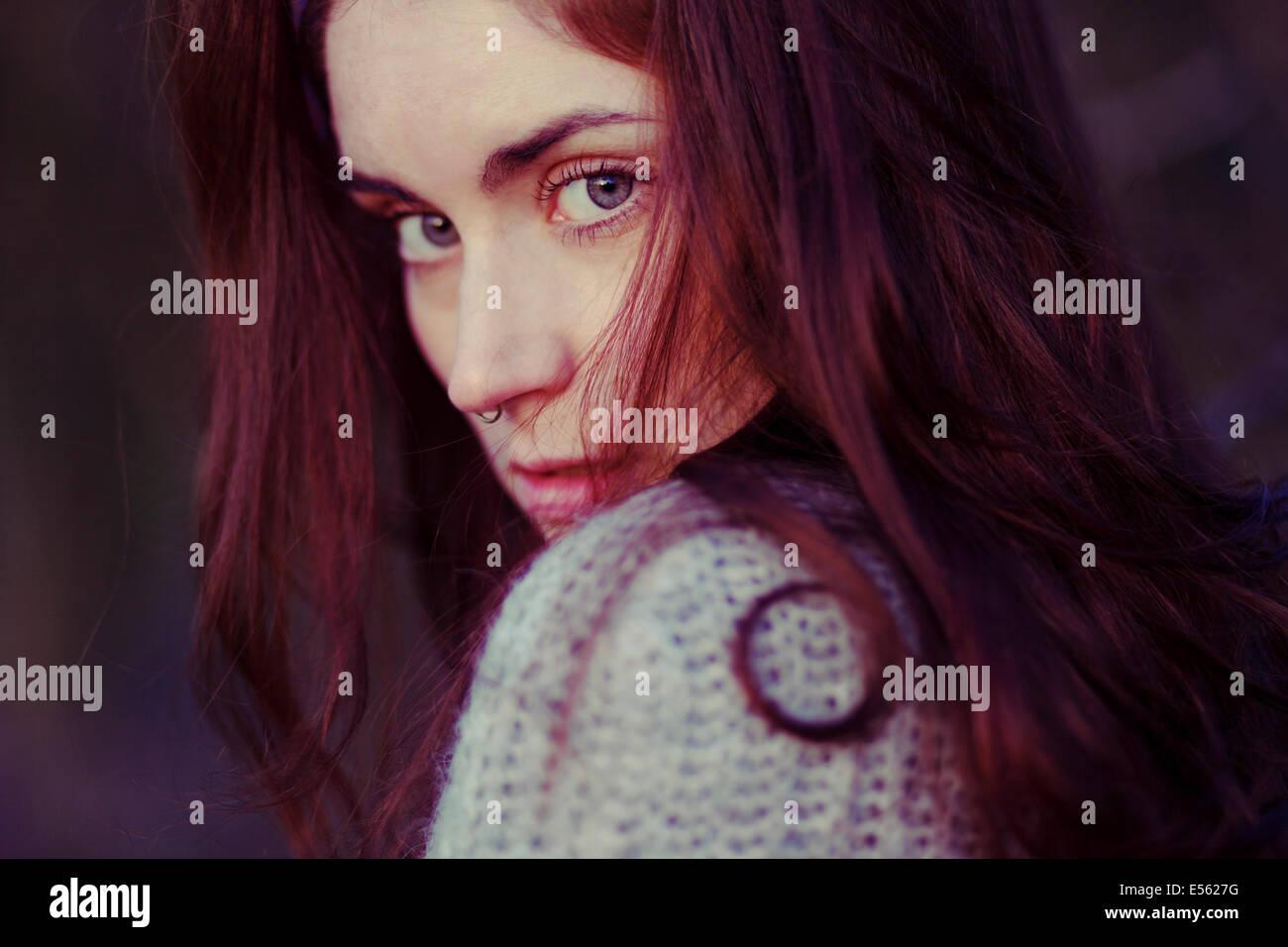 Mujer joven con grave expresión, Retrato Imagen De Stock