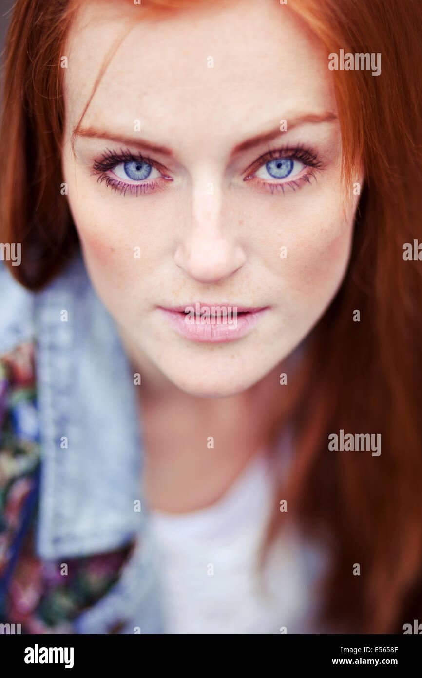 Retrato de mujer joven mirando a la cámara Imagen De Stock