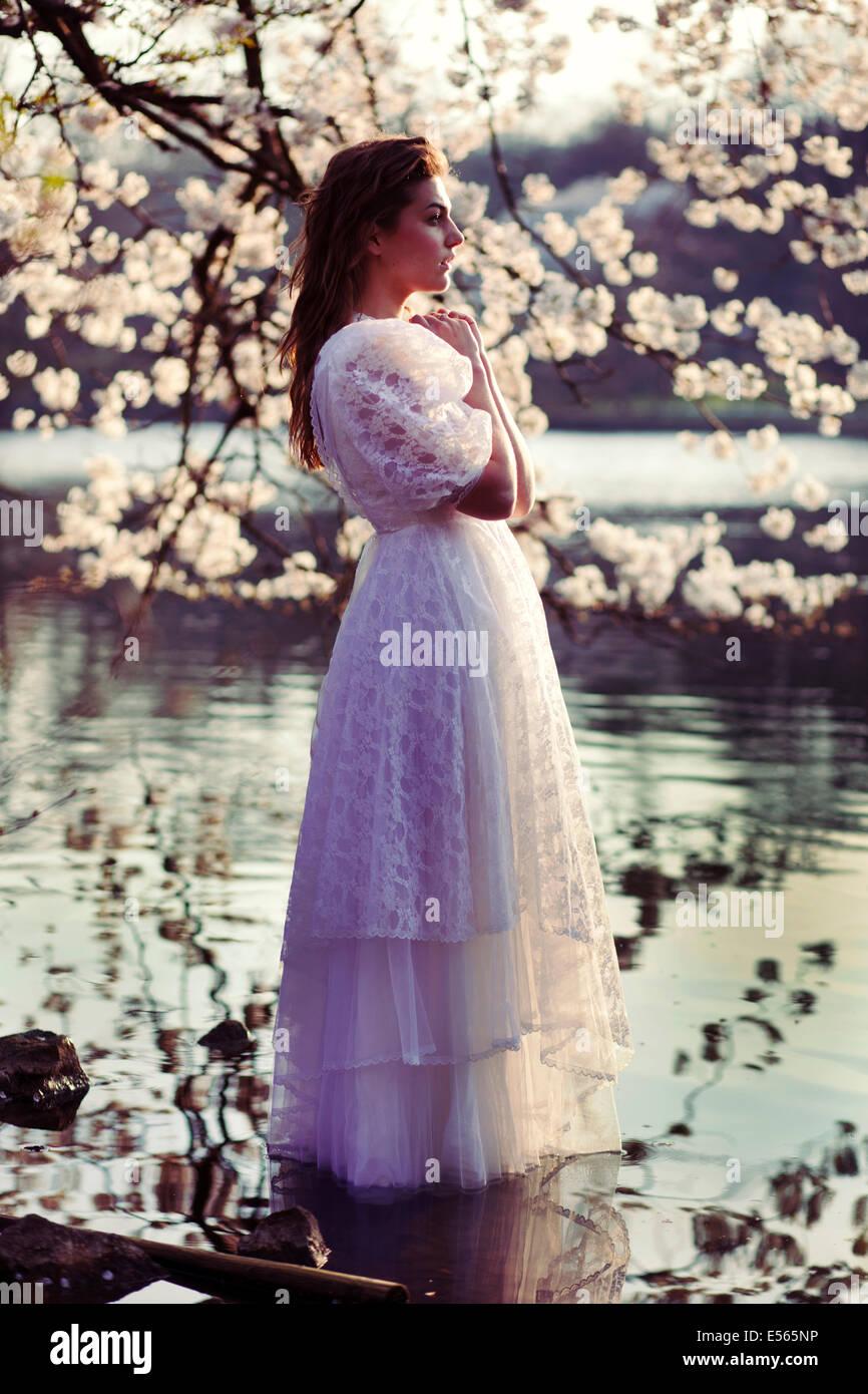 Retrato de una mujer joven con flores de cerezo Imagen De Stock