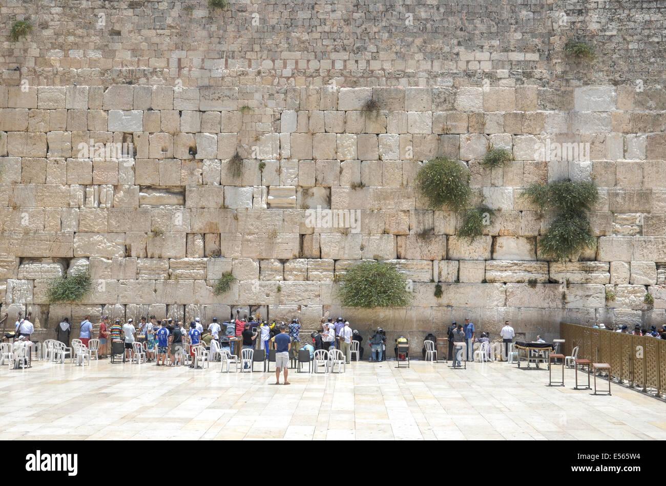 Israel, Jerusalén, Ciudad Vieja, a los judíos orar en el Muro de las Lamentaciones Foto de stock