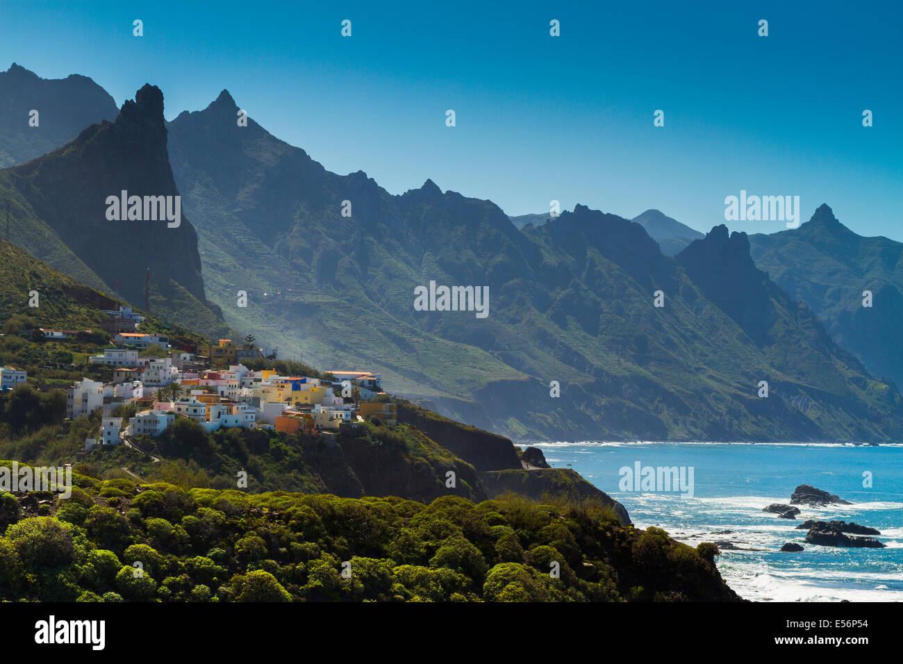 Taganaga village y acantilados. Santa Cruz de Tenerife, Tenerife, Islas Canarias, en el Océano Atlántico, Imagen De Stock
