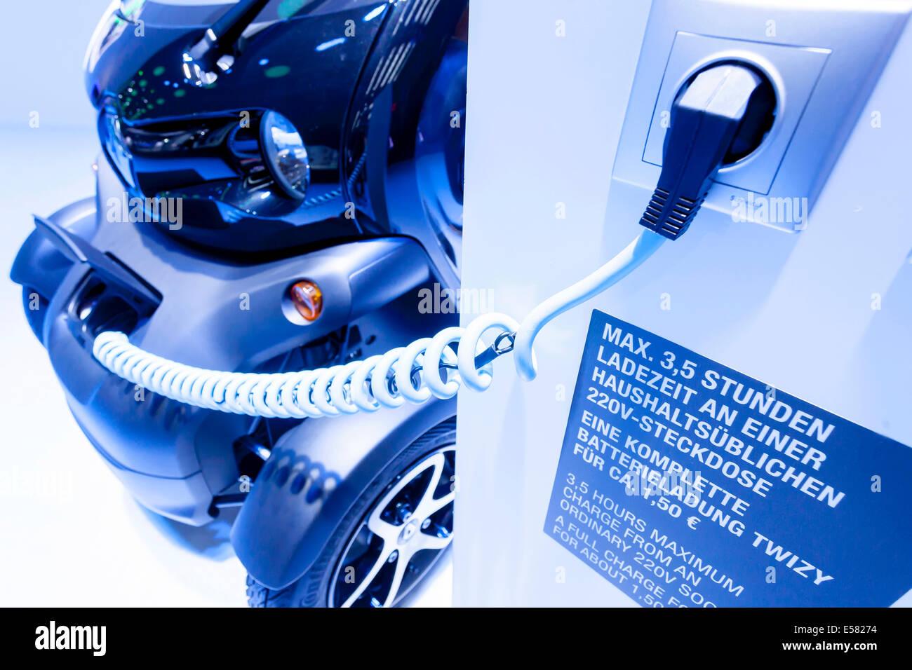 Coche eléctrico carga con un cable de carga de Renault, el Twizy, 65º Salón Internacional del Automóvil Imagen De Stock