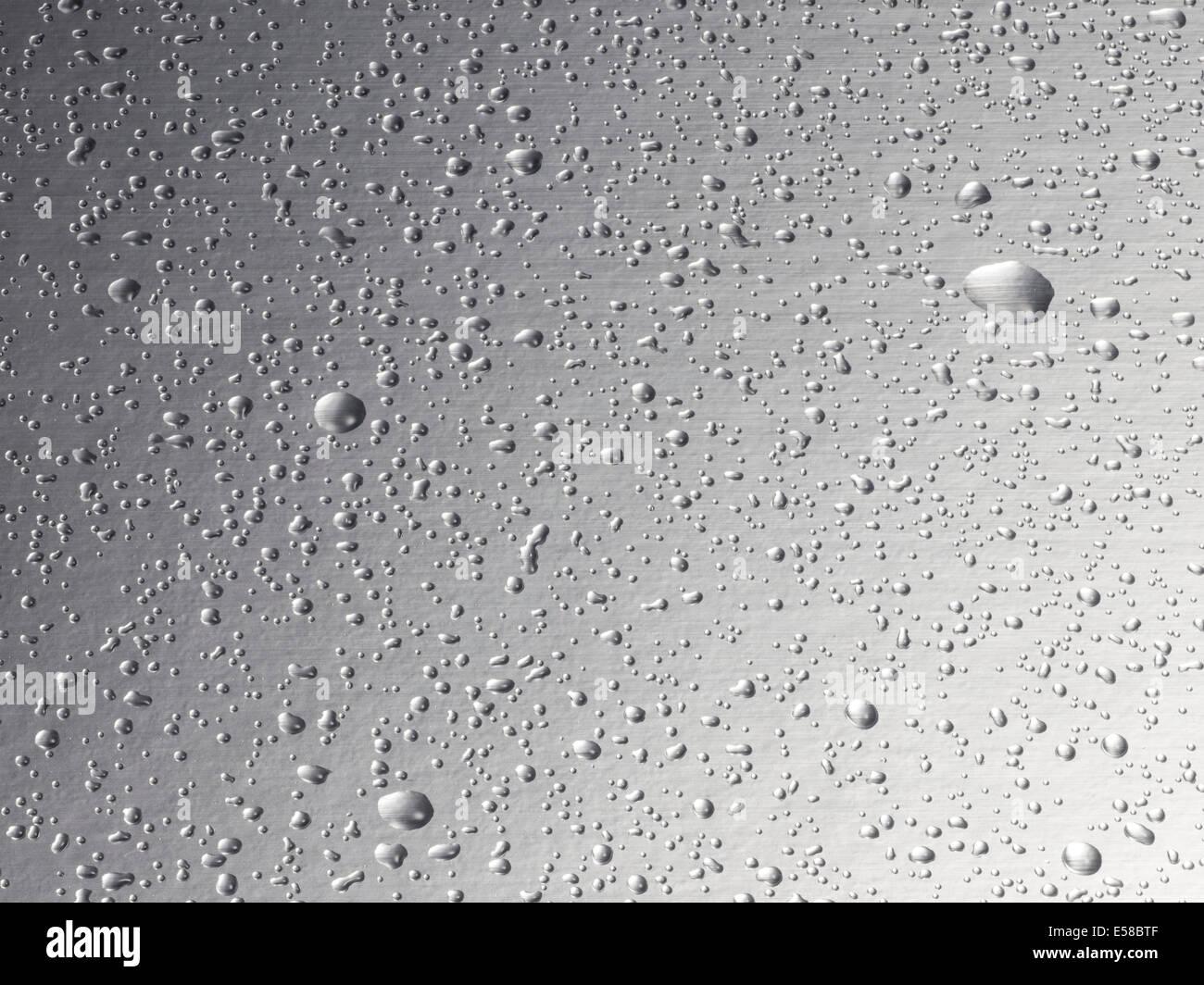 Gotas de agua sobre un fondo de acero Imagen De Stock
