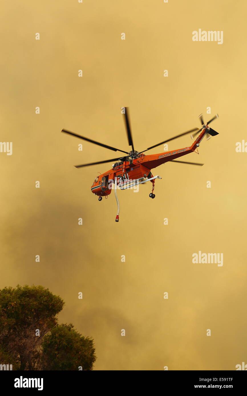 Antena de incendios lucha contra incendios mediante helicóptero bombardero de agua en el oeste de Australia. Imagen De Stock