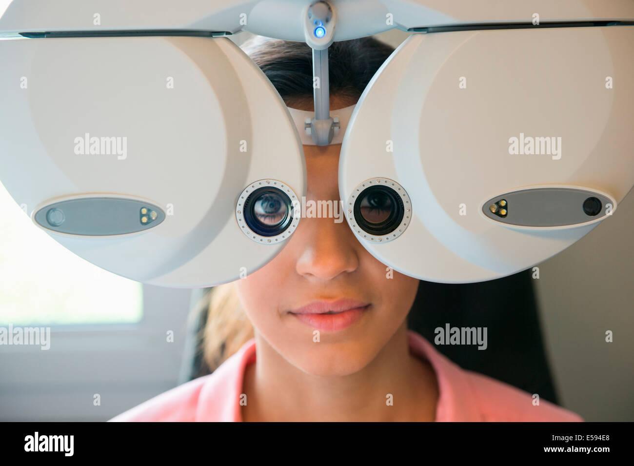 Paciente de sexo femenino, con un examen de los ojos Imagen De Stock