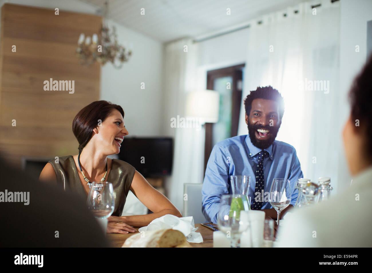 Amigos riendo de cena Imagen De Stock