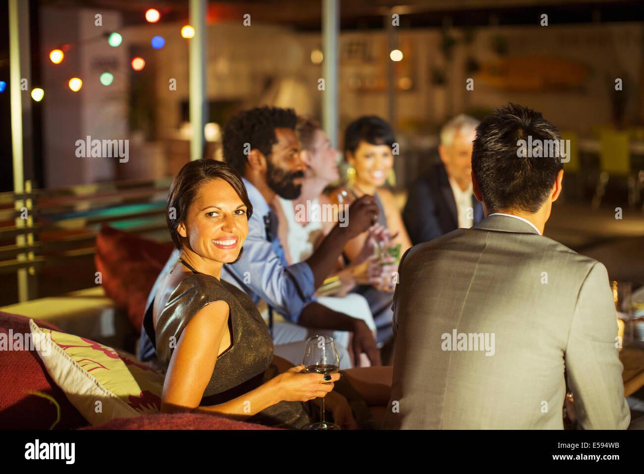 Amigos relajante junto al partido Imagen De Stock