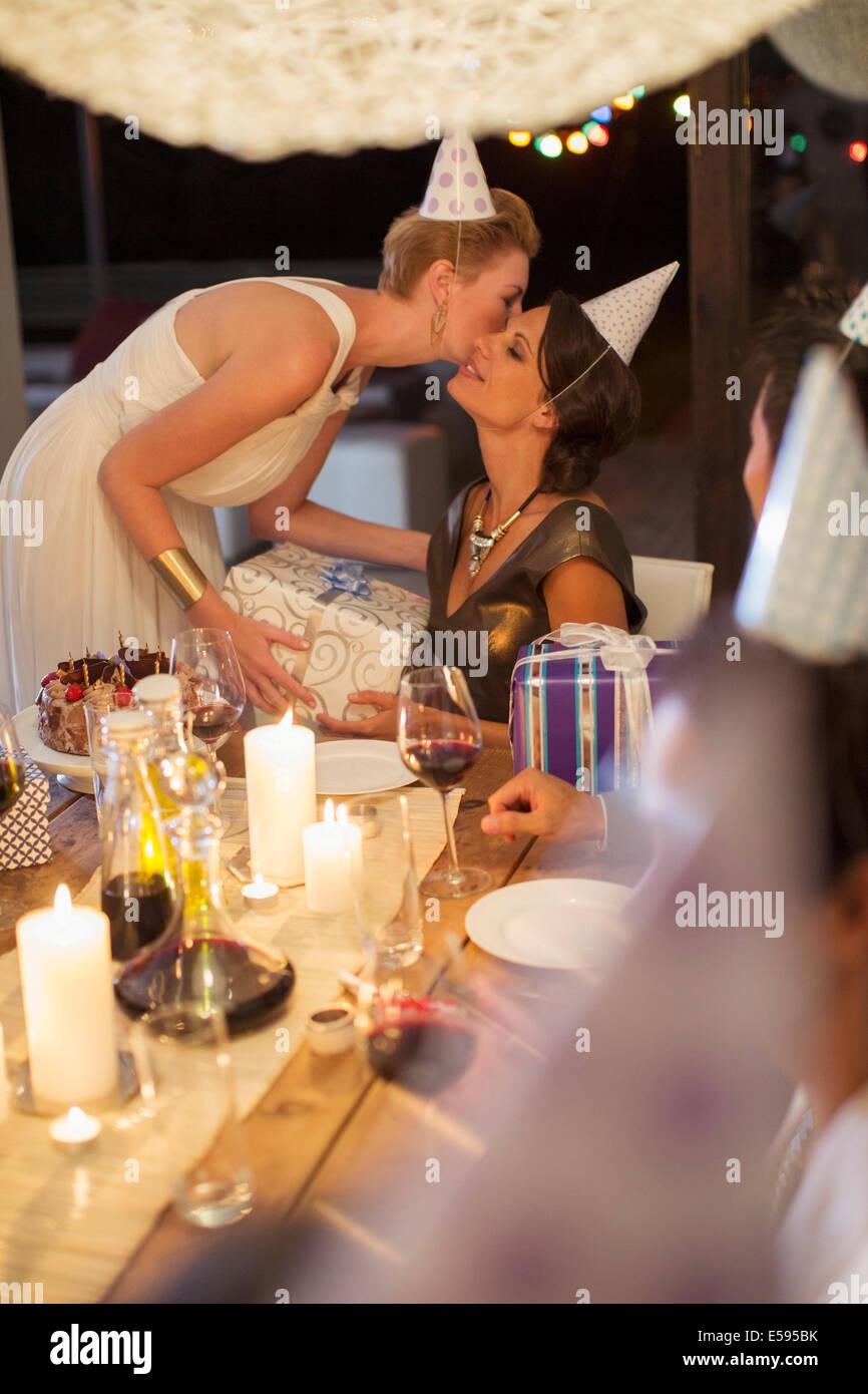 Mujer dando de regalo en la fiesta de cumpleaños Imagen De Stock