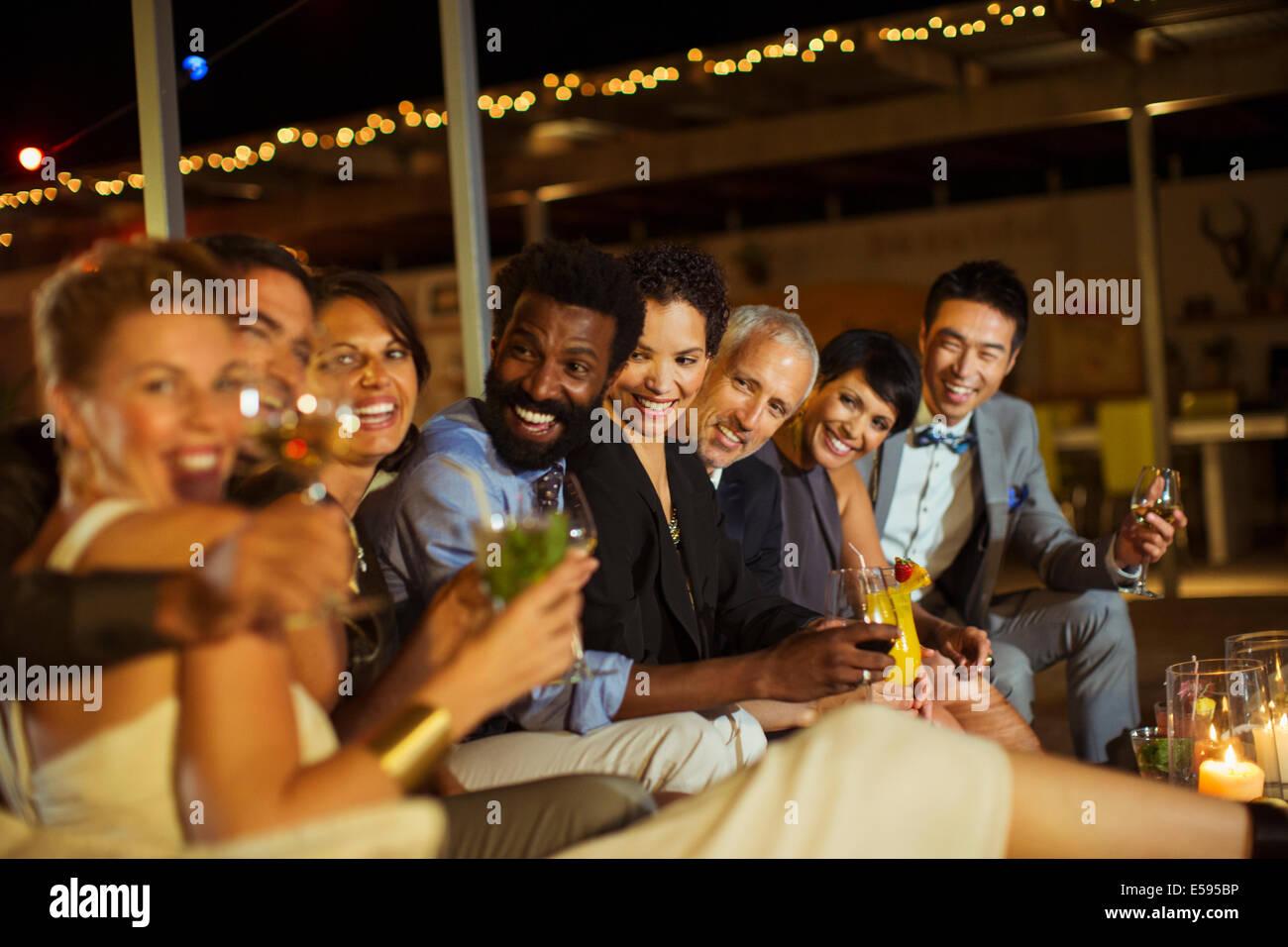 Amigos sonriendo junto a parte Foto de stock