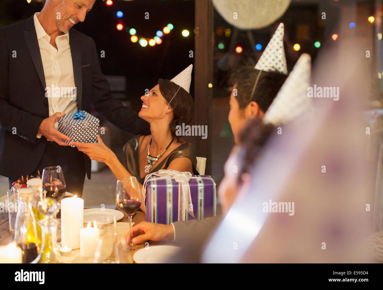 Hombre haciendo presente en la fiesta de cumpleaños Imagen De Stock