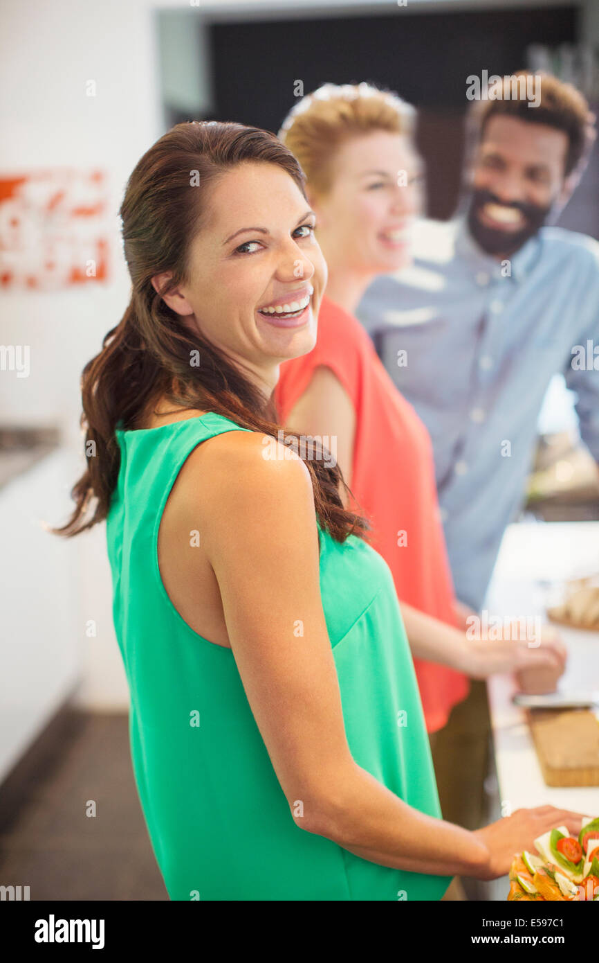 Mujer riendo en parte Imagen De Stock