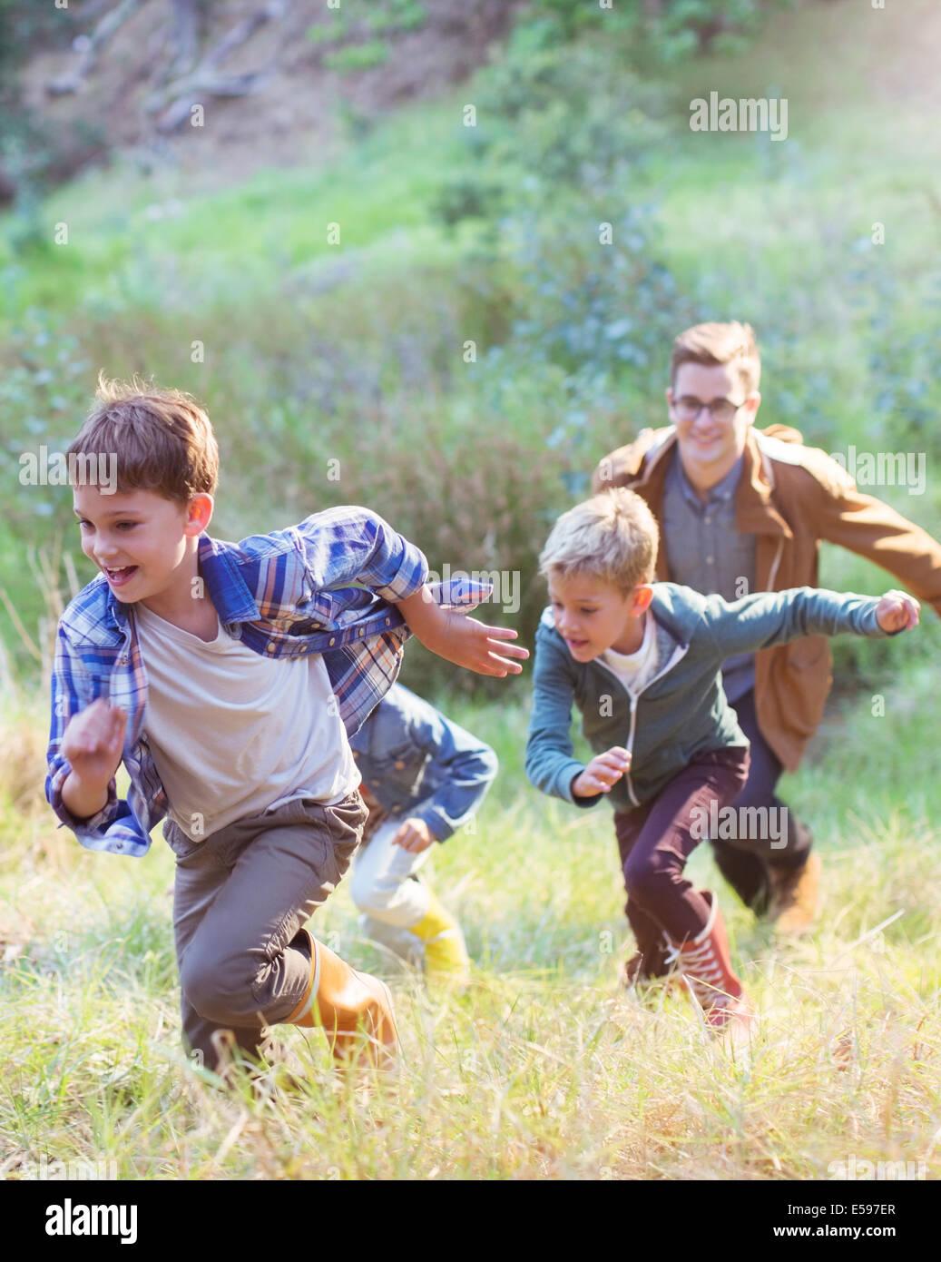 Los niños corriendo en el campo Imagen De Stock