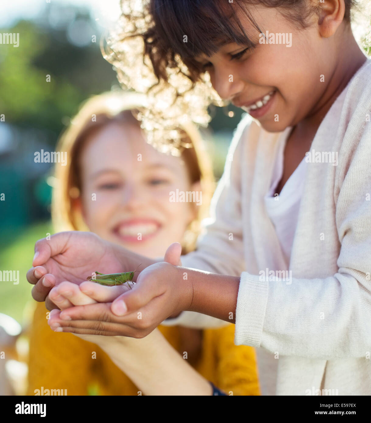 Madre e hija examinar insecto Imagen De Stock