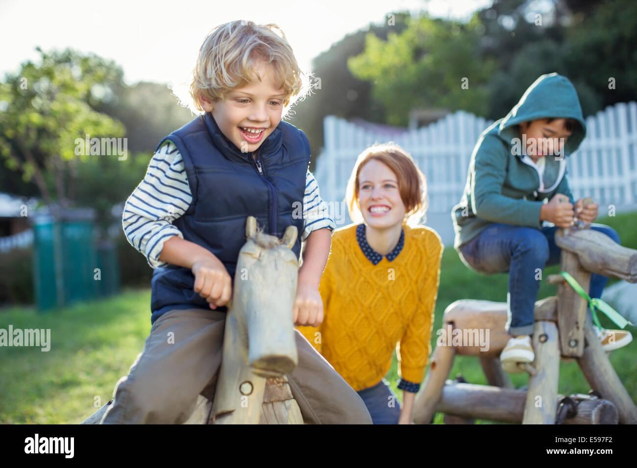 El profesor y los estudiantes jugar afuera Imagen De Stock